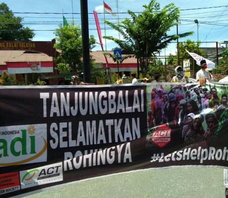 Massa di Tanjungbalai meminta agar pemerintah Indonesia menyelamatkan etnis Rohingya.