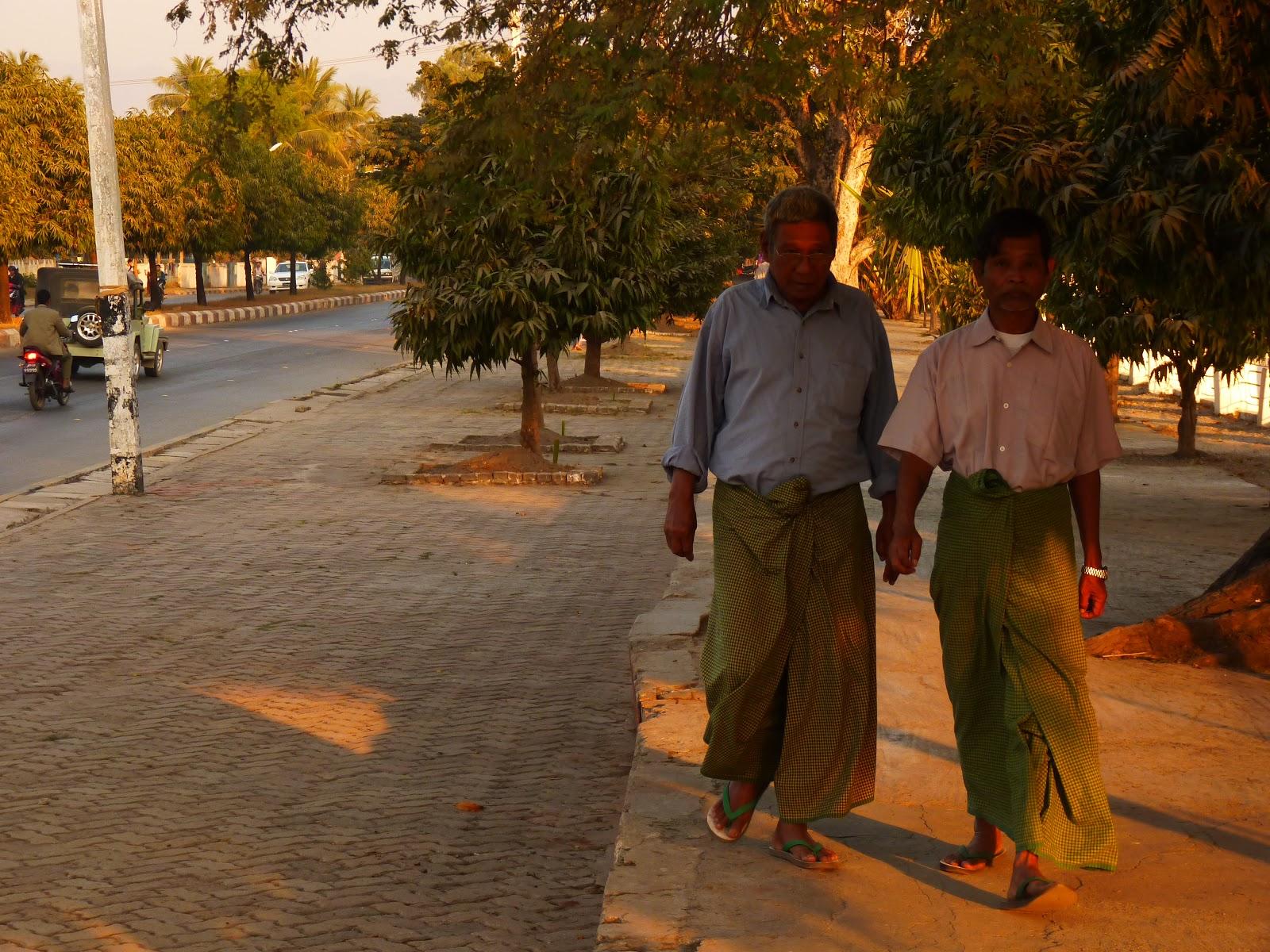 75eb9d0ead Pijama. Primero lo vimos mucho en Camboya. La gente en pijama por la calle