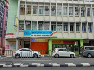 KH. Soon Resthouse Brunei tepat nya di Lt. 3 cocok untuk backpacker terletak di pusat kota Lokasinya di depan Hotel Brunei  Harga paling murah Dorm 20 BND