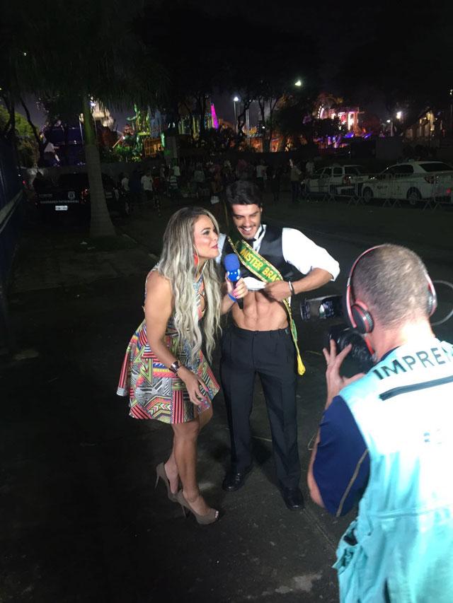 Geisy Arruda confere a boa forma do Mister Brasil 2015 que mostra a barriga tanquinho. Foto: Divulgação