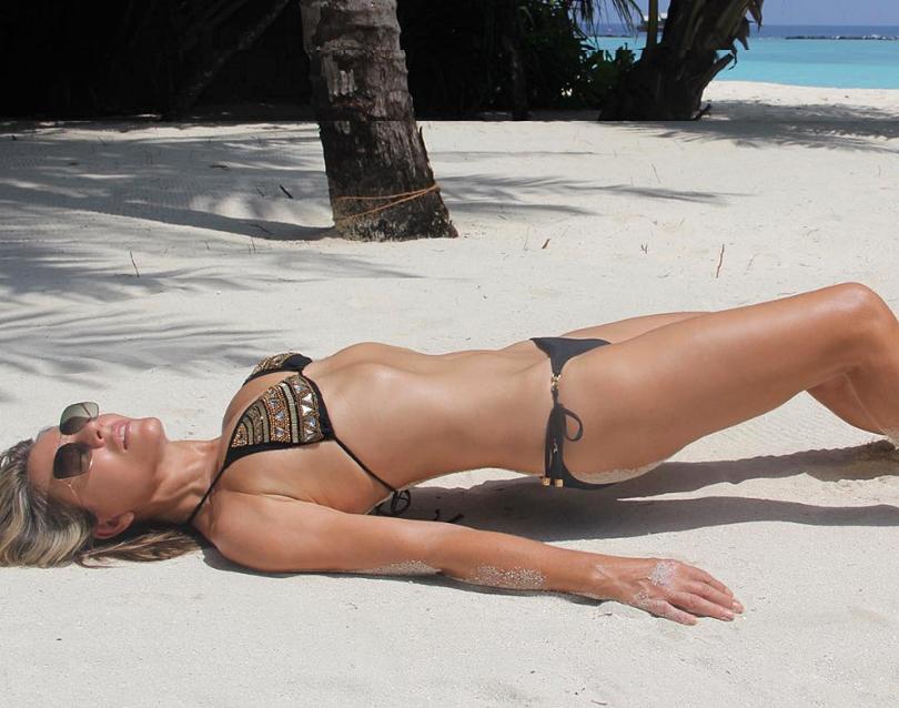 elizabeth-hurley-bikini - 2