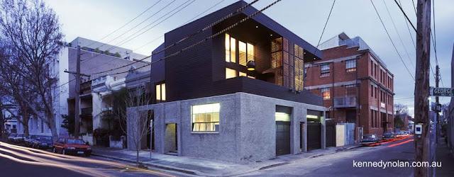 Casa urbana contemporánea con muros rústicos en Australia