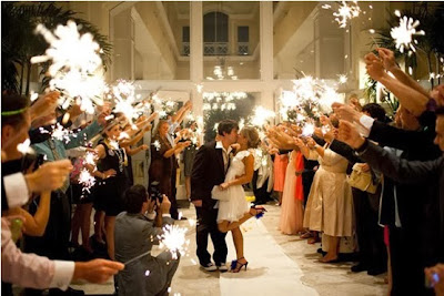 saída dos noivos, casamento, noivos, noiva, noivo, cerimônia, saída, fogos, sparkles
