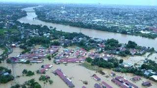 Banjir bandang akibat debit air sungai meluap di Kabupaten Gowa, Sulawesi Selatan, pada Selasa (22/1/2019) siang. - Foto: VIVA