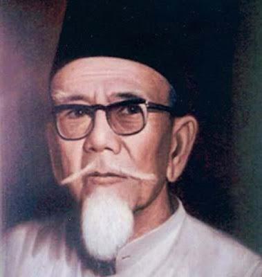 "Biografi Haji Agus Salim           Haji Agus Salim adalah seorang pejuang kemerdekaan Indonesia. Pada tahun 1915, Salim bergabung dengan Sarekat Islam (SI), dan menjadi pemimpin kedua di SI setelah H.O.S. Tjokroaminoto. Agus Salim lahir dengan nama Mashudul Haq (berarti ""pembela kebenaran""); lahir di Koto Gadang, Agam, Sumatera Barat, Hindia Belanda, 8 Oktober 1884, lahir dari pasangan Soetan Salim gelar Soetan Mohamad Salim dan Siti Zainab. Jabatan terakhir ayahnya adalah Jaksa Kepala di Pengadilan Tinggi Riau.  Sebagai anak seorang jaksa, tentunya Agus Salim lebih beruntung dibanding anak yang  lain karena dengankedudukan keluarganya yang terhormat ini, ia bisa bersekolah  tinggi Belanda dengan tanpa hambatan. Agus Salim juga dikenal sangat pandai di  sekolahnya. Ketika remaja, Agus Salim telah menguasai tujuh bahasa asing yaitu  Belanda, Inggris, Arab, Turki, Perancis, Jepang, dan Jerman.   Karena kecerdasan Agus Salim itulah pada 1903 beliau berhasil lulus dengan predikat  lulusan terbaik SMA atau HBS (Hogere Burger School) dimana saat itu masa belajar  Sekolah Menengah adalah 5 tahun diusianya yang masih belia yaitu 19 tahun. Agus  Salim menjadi lulusan terbaik di tiga kota yaitu Surabaya, Semarang, dan Jakarta. Setelah lulus HBS maka Agus Salim menyampaikan minatnya untuk meneruskan sekolah ke  Belanda"