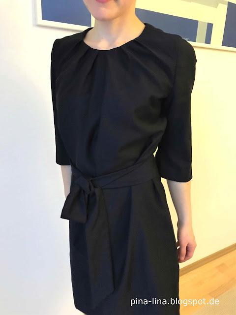 Der Ausschnitt ist schön in Falten gelegt - Kleid aus der Burda 3/16