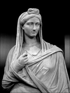 Estatua de una alta dama romana, con la vestimenta usual de la época