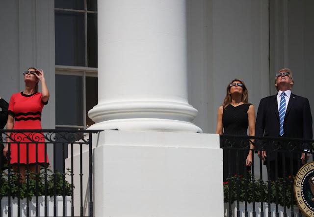 Родина Трампа дивиться на сонячне затемнення.