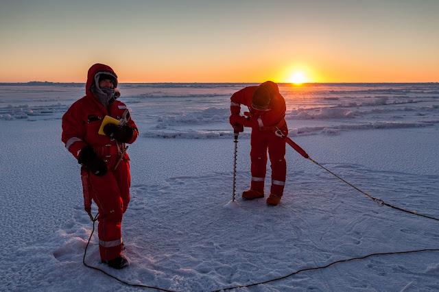 Ricercatori in Antartide che eseguono perforazioni nel ghiaccio