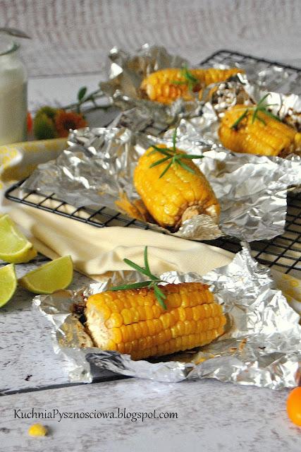 441. Pieczona kukurydza z masłem i rozmarynem