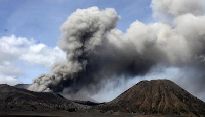 Material debu vulkanik terlihat keluar dari kawah Gunung Bromo, Probolinggo, Jawa Timur, 10 Desember 2015.  Foto : diunduh dari Tempo/ANTARA FOTO