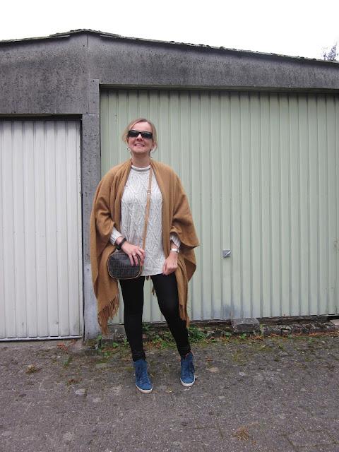 Outfit Strickpulli enge Hose camelfarbener Poncho