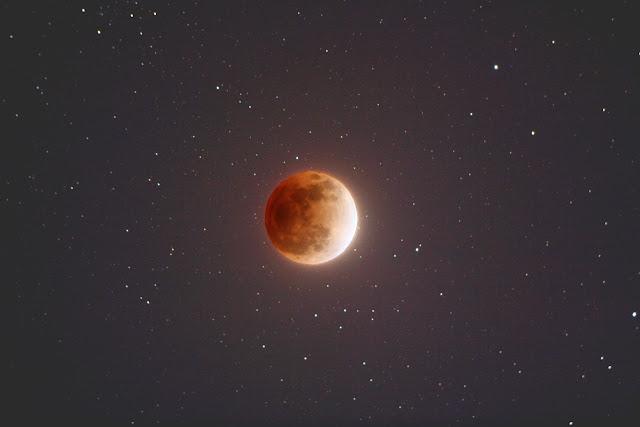 Mặt Trăng chuyển thành màu đỏ cam trên bầu trời khi Nguyệt thực toàn phần diễn ra. Hình ảnh: Alphonse Sterling.