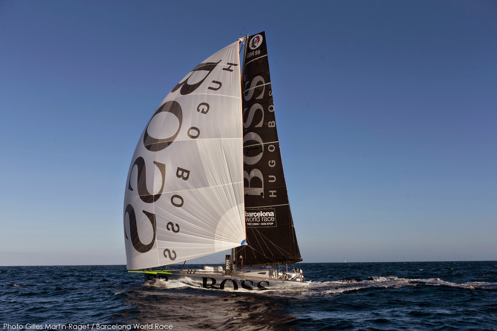 Hugo Boss a été le premier à franchir l'Equateur sur la Barcelona World Race.