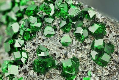 Magnificos cristales de calidad gema de Uvarovita