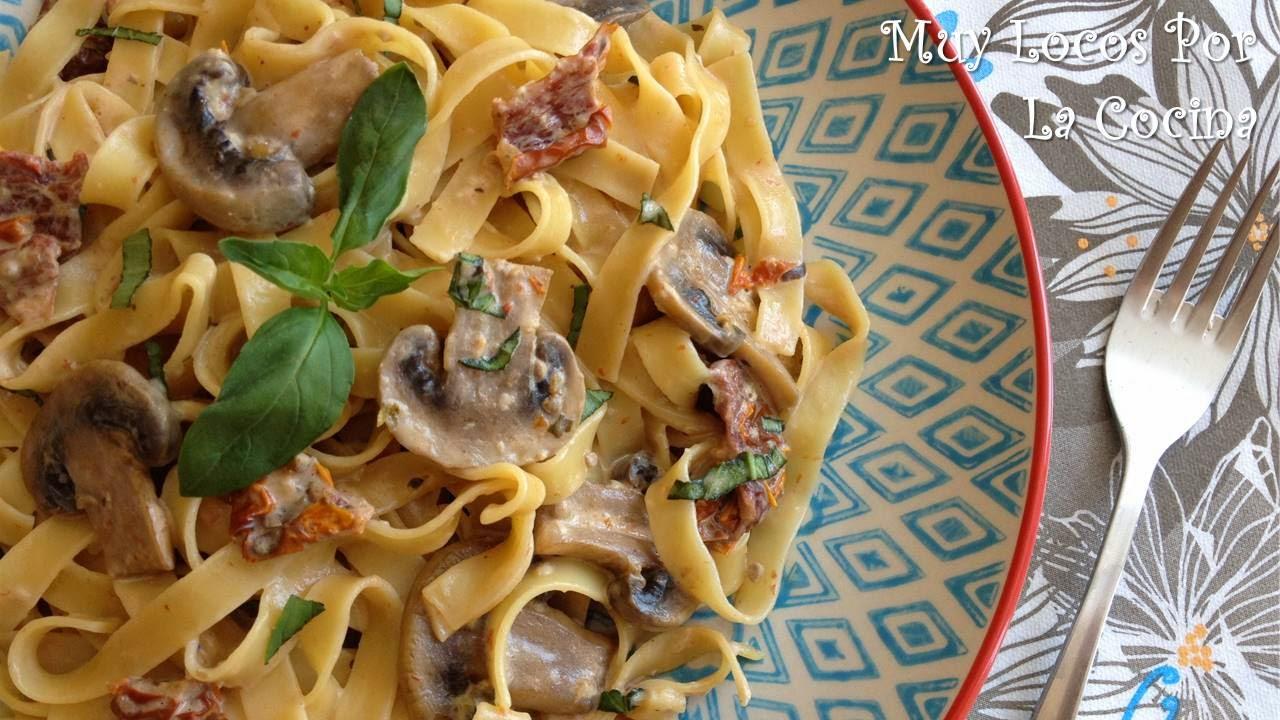 Fettuccine con Champiñones, Tomates Secos y Albahaca