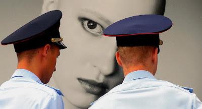 Автор фото Александр Огнивцев НСНБР: Российские полицейские и портрет женщины. Лето в Саду Эрмитаж.
