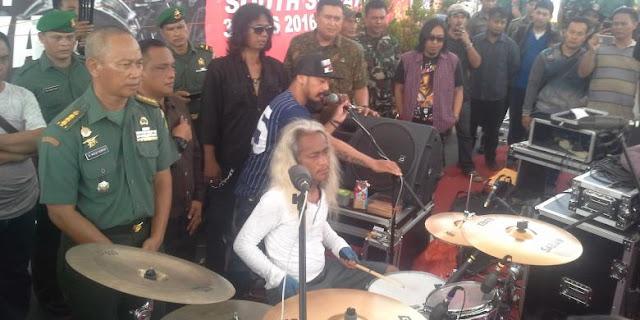 Seorang drummer asal Indonesia, Kunto Hartono sedang memainkan drum
