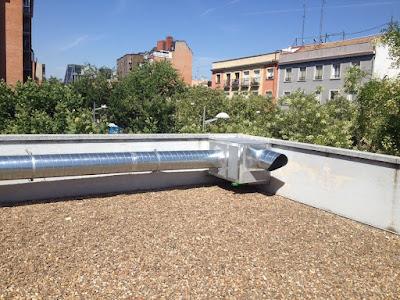 foto instalación caja extracción en cubierta edificio