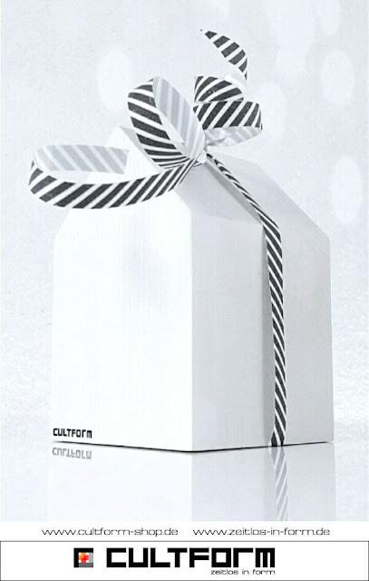 Die Hausbox von Cultform. Ein eindrucksvolles und doch einfaches DIY: kleine Geschenke individuell modern verpacken im aktuellen Watercolor-Trend: Hausbox blancomit Schleifenband