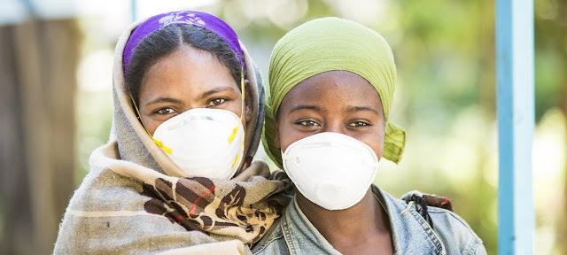 Mulheres negras com mascaras na boca que passam por tratamento contra a tuberculose na Etiópia