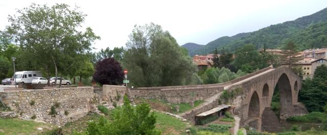 Vista del Pont Vell de Sant Joan de les Abadesses, amb l'àrea a l'esquerra