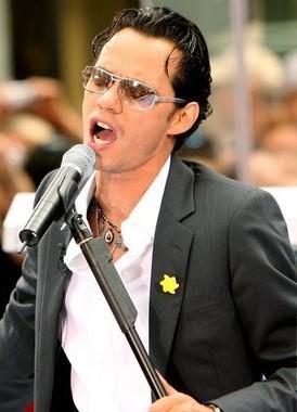 Foto de Marc Anthony con el micrófono