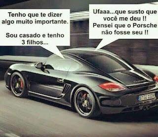 Foto no interior de um túnel. Em foco, a lateral esquerda de um carro preto estilo esportivo da marca Porsche em velocidade. Acima, o diálogo inserido em retângulos: à esquerda: Tenho que te dizer algo muito importante. Sou casado e tenho três filhos...À direita: Resposta: Ufaaa...que susto que você me deu!! Pensei que o Porsche não fosse seu!!