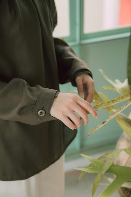 午夜森林領口壓折上衣-蕨綠