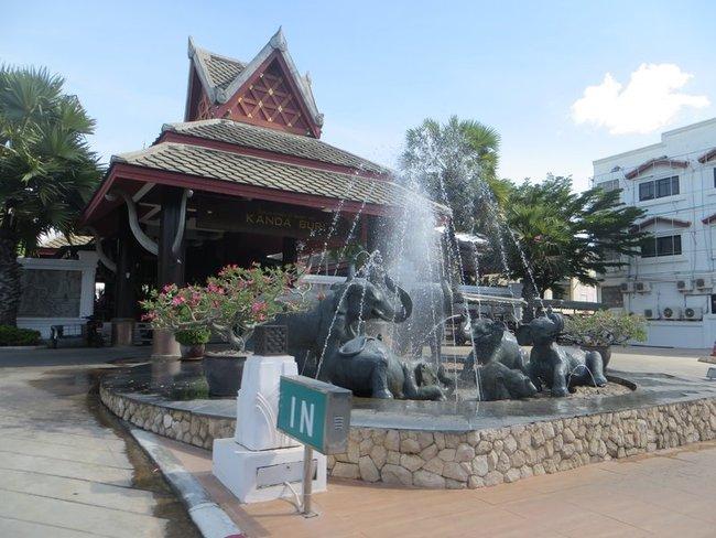 Слоны купаются в фонтане отеля