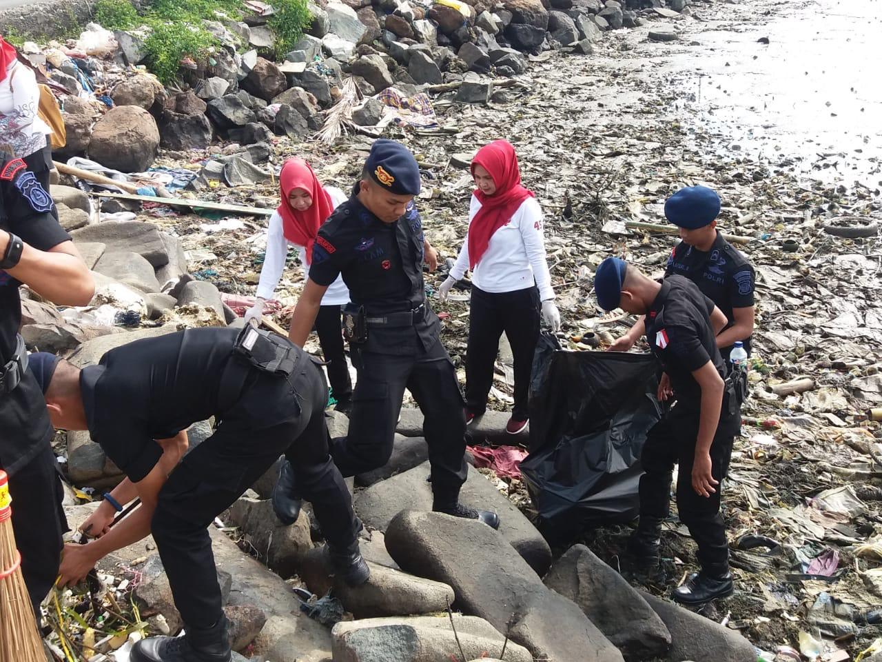 Begini Upaya Pengurus Bhayangkari Ranting Yon C Pelopor Brimob Ciptakan Indonesia Bersih dan Laut Bebas Sampah Plastik