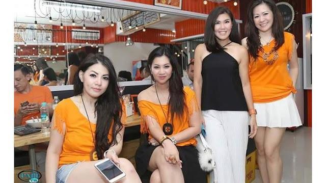 Pelayan Bakso Djingkrak yang tampil seksi dengan kaos orange