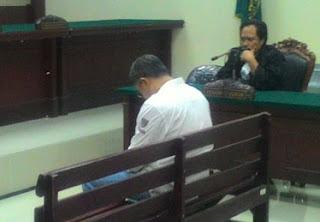 Lurah Joko Sutrisno saat mendengar vonis hakim