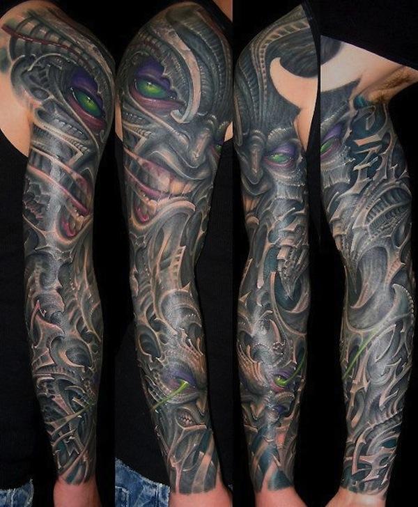 tatuaje biomecanico de un demonio en un brazo