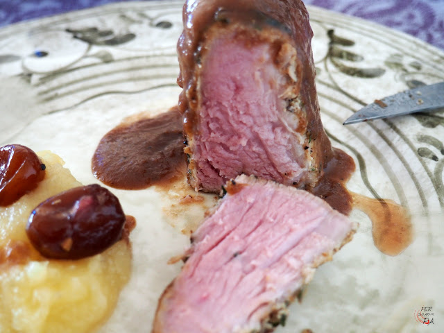 Solomillo de cerdo marinado en hierbas aromáticas y cocido en horno a baja temeperatura. Con salsa de kumquats en almíbar y puré de manzana reineta.