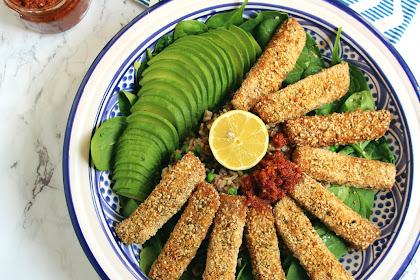 Nuggets de tofu croustillants - salade de riz complet à la moutarde