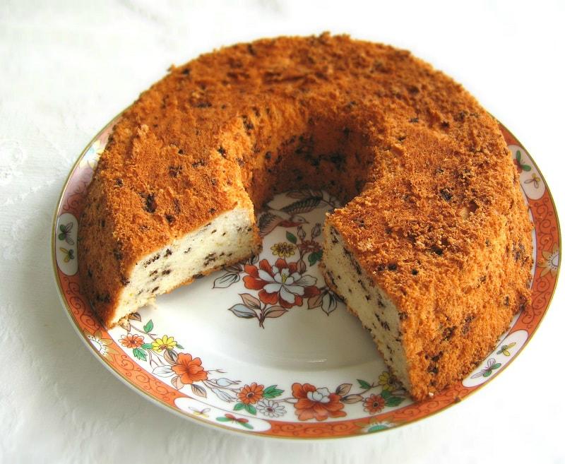 Bolo de anjo com laranja e chocolate no prato / Orange-chocolate angel food cake on a plate