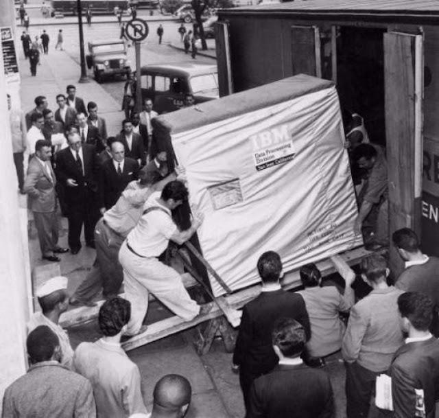 El primer disco duro o hard-drive de IBM, era de solo cinco megabytes. Fotos insólitas que se han tomado. Fotos curiosas.