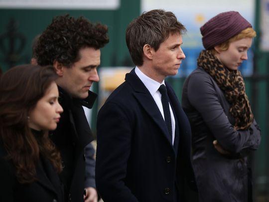 Eddie Redmayne foi um dos primeiros a chegar ao funeral de Stephen Hawking | Felicity Jones, Stephen Grant, Eddie Redmayne e Lily Cole | Ordem da Fênix Brasileira