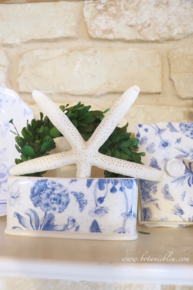 white-starfish-with-boxwood-wreath-in-blue-white-dishes
