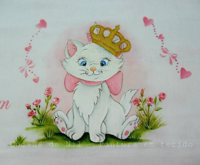 pintura em tecido fralda com gata marie com coroa e rosinhas
