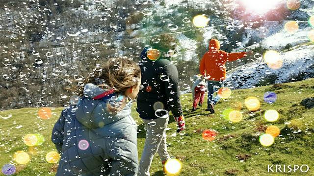 montañeros paseando en el monte tras un cristal con lluvia