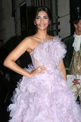 <div>Sonam Kapoor Looks Gorgeous At Ralph & Russo Fashion Show in Paris</div>