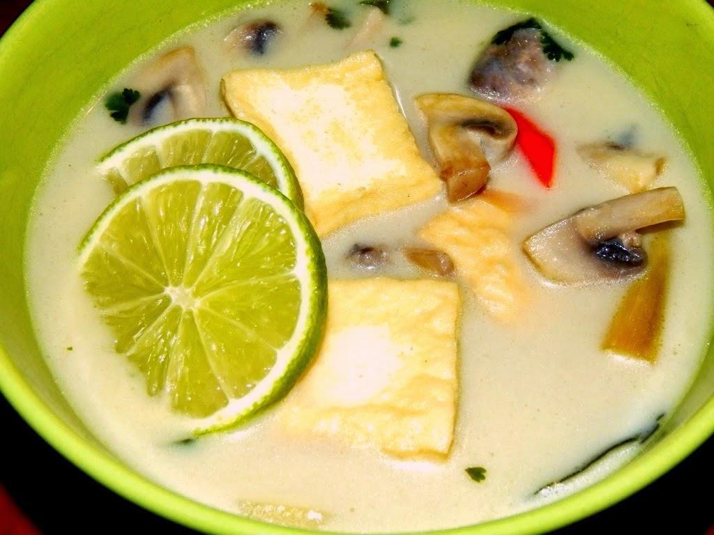 Thajská kokosová polévka Tom Kha Gai  -  veganská verze