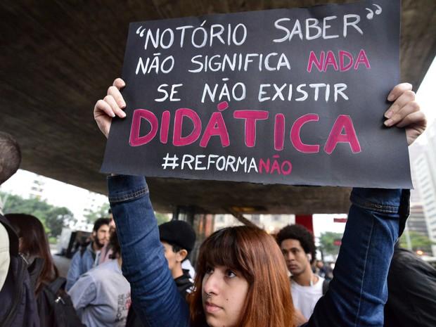 Estudantes protestam contra reforma na educação de Temer