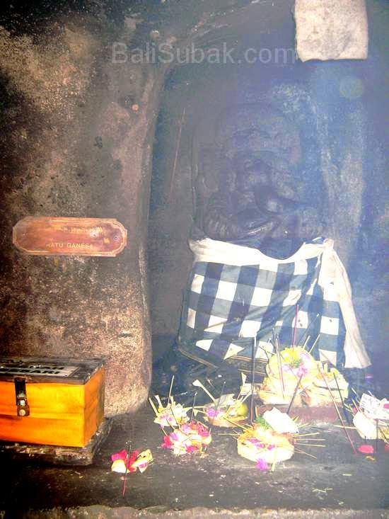 The tip on the right there is a statue of Ganesha. The statue was intended to worship the god Ganesha, the god for science.