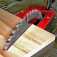 Üzerinde tahta kesilen bir hızar tezgahı
