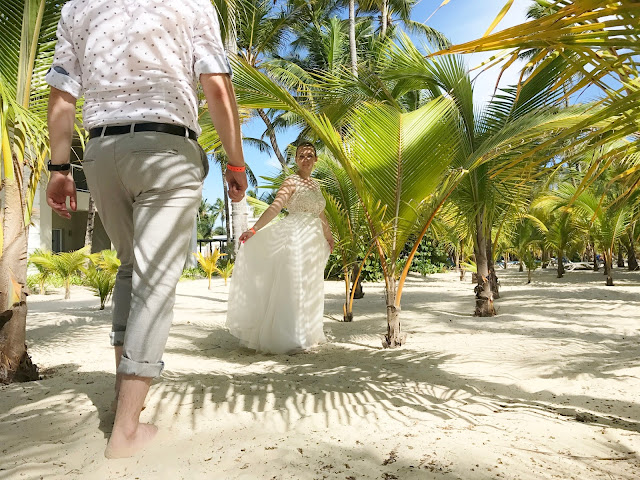 panna młoda i pan młody na plaży, egzotyczna sesja ślubna