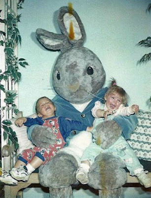 Kleinkinder haben Angst vor Osterhasenkostüm
