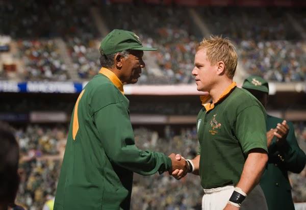 Mandela (Freeman) saluda a Pienaar (Damon) en la final de Copa del Mundo de Rugby